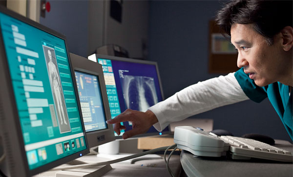 Health IT data management- doctor analysing data on his screen