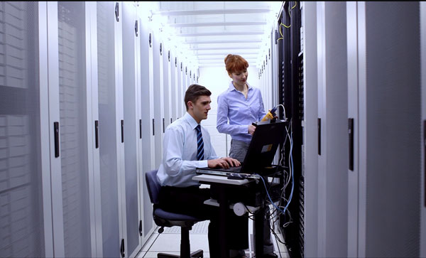 Data lifecycle management  - Employee in Data Center